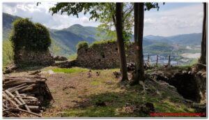 Read more about the article Castello dei Barbavara, lago di Sant'Agostino e Castello d'Arian