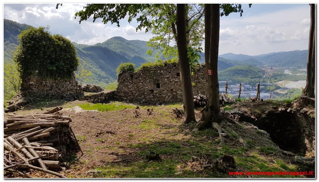 Castello dei Barbavara, lago di Sant'Agostino e Castello d'Arian
